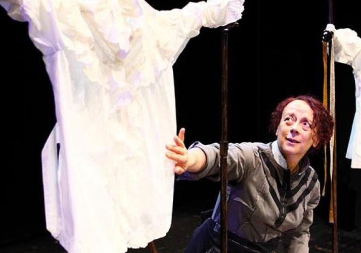Laura Curino in una scena dello spettacolo Scintille