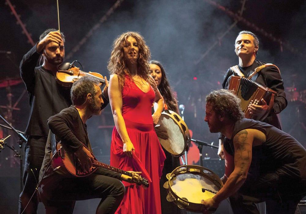 Il canzoniere Grecanico Salentino durante un concerto
