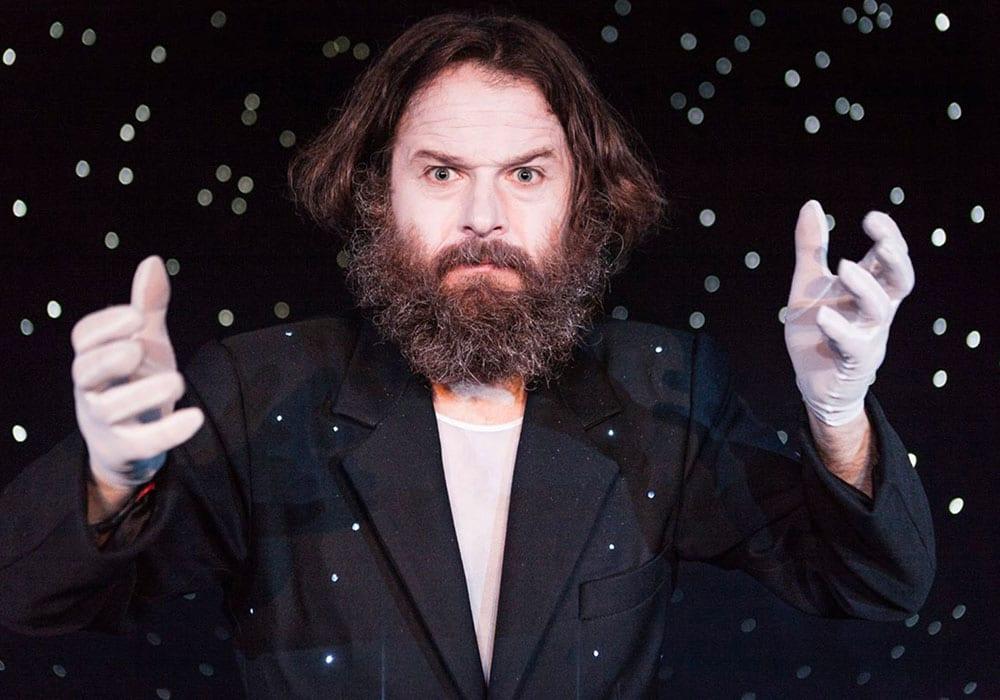 Flavio Albanese l'attore protagonista dello spettacolo L'universo è un materasso