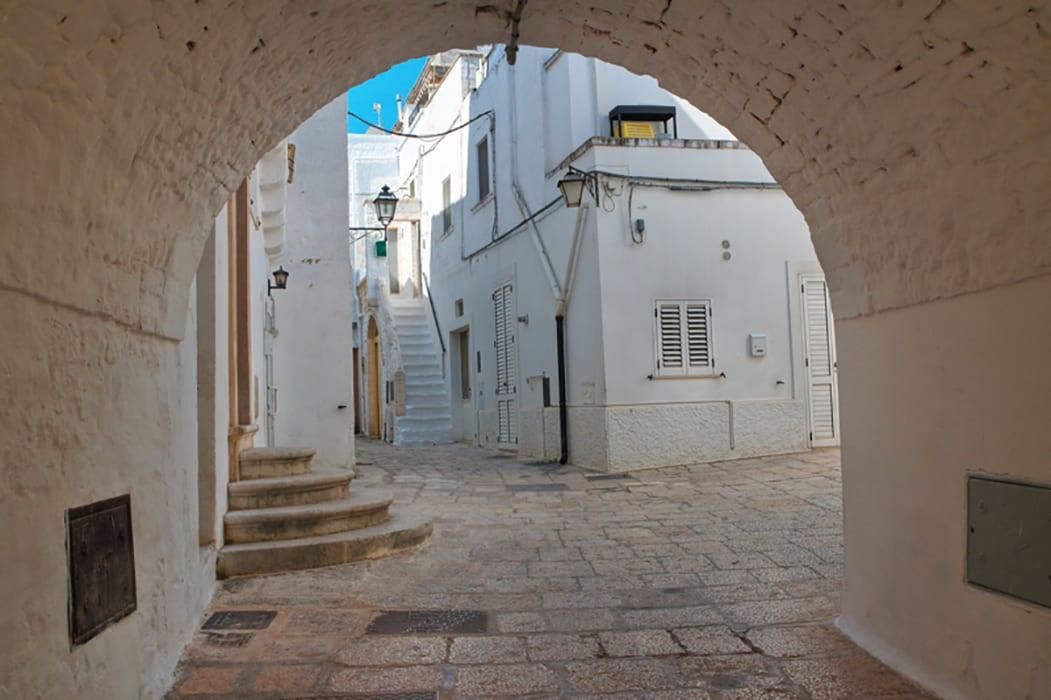 Un vicolo nel centro storico di Cisternino